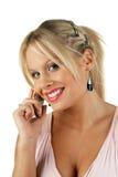 Jong aantrekkelijk blonde wijfje dat een telefoongesprek maakt Stock Fotografie