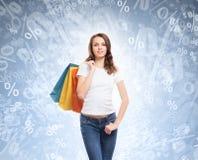 Jong, aantrekkelijk en gelukkig winkelend meisje met zakken Stock Fotografie