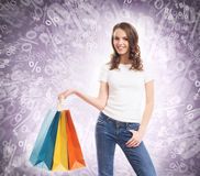 Jong, aantrekkelijk en gelukkig winkelend meisje met zakken Royalty-vrije Stock Afbeelding