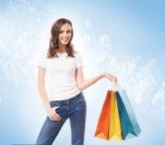 Jong, aantrekkelijk en gelukkig winkelend meisje met zakken Royalty-vrije Stock Afbeeldingen