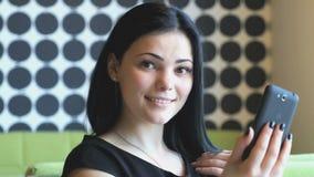 Jong aantrekkelijk meisje die selfie foto maken stock videobeelden