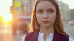 Jong aantrekkelijk meisje, in het avond stedelijke landschap die, nadenkend, op een vergadering wachten stock videobeelden