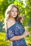 Jong aantrekkelijk meisje met blauwe kleding openlucht Royalty-vrije Stock Foto