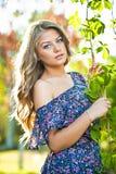 Jong aantrekkelijk meisje met blauwe kleding openlucht Royalty-vrije Stock Afbeelding