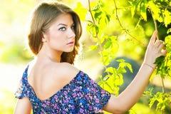 Jong aantrekkelijk meisje met blauwe kleding openlucht Stock Fotografie
