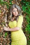 Jong aantrekkelijk meisje met gele kleding openlucht Royalty-vrije Stock Foto