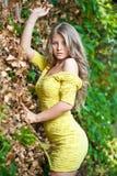 Jong aantrekkelijk meisje met gele kleding openlucht Stock Fotografie