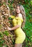Jong aantrekkelijk meisje met gele kleding openlucht Stock Foto