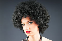 Jong aantrekkelijk meisje met krullend kapsel Stock Foto