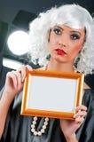 Jong aantrekkelijk meisje met omlijsting Stock Afbeeldingen