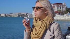 Jong aantrekkelijk meisje met zonnebril stock videobeelden
