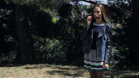 Jong aantrekkelijk meisje met zonnebril stock footage