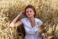 Jong aantrekkelijk meisje op een tarwegebied Stock Foto's