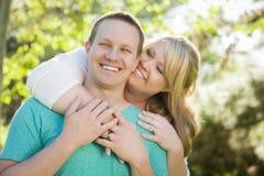 Jong Aantrekkelijk Paar die in het Park koesteren Royalty-vrije Stock Fotografie