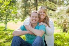 Jong Aantrekkelijk Paar die in het Park koesteren Stock Foto