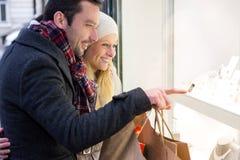 Jong aantrekkelijk paar die wat venster het winkelen doen royalty-vrije stock afbeeldingen