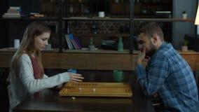Jong aantrekkelijk paar het spelen backgammon stock video
