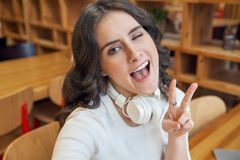 Jong aantrekkelijk roodharig meisje in een wit jasje en met hoofd royalty-vrije stock fotografie