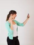 Jong aantrekkelijk wijfje met de handbediende telefoon Stock Fotografie