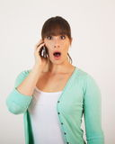 Jong aantrekkelijk wijfje met de handbediende telefoon Royalty-vrije Stock Afbeelding