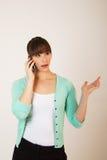 Jong aantrekkelijk wijfje met de handbediende telefoon Stock Afbeeldingen