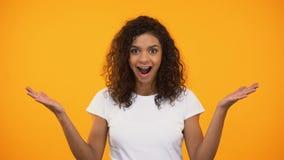 Jong Afrikaans Amerikaans meisje die wauw gebaar op camera tonen, goed nieuws, vreugde stock video