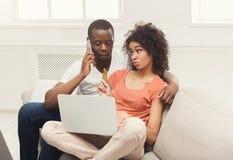 Jong Afrikaans-Amerikaans paar die online winkelen royalty-vrije stock fotografie