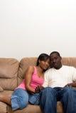 Jong Afrikaans Amerikaans paar in hun Woonkamer stock foto's