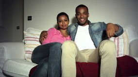 Jong Afrikaans Amerikaans Paar op Sofa Watching-TV samen stock video