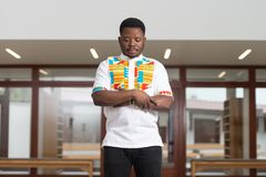 Jong Afrikaans Guy Praying stock fotografie