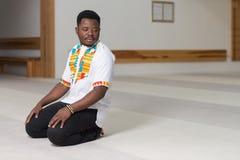 Jong Afrikaans Guy Praying stock foto's