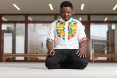 Jong Afrikaans Guy Praying royalty-vrije stock afbeeldingen