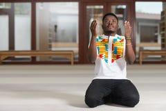 Jong Afrikaans Guy Praying stock afbeeldingen