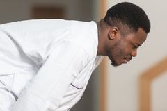 Jong Afrikaans Moslimguy praying royalty-vrije stock fotografie