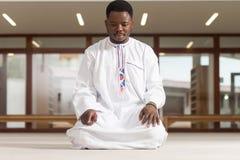 Jong Afrikaans Moslimguy praying stock foto