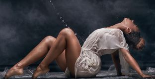 Jong afromeisje die in het water dansen stock afbeeldingen
