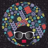 Jong afromeisje met donkere huid en creatieve tulband op haar hoofd royalty-vrije illustratie