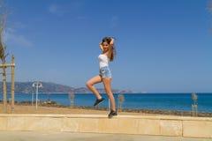 Jong atletisch donker haired meisje workingout door Stock Foto's