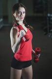 Jong atletisch meisje in de gymnastiek Royalty-vrije Stock Afbeeldingen