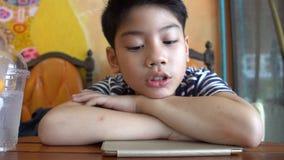 Jong Aziatisch eenzaam droevig jongensportret stock footage