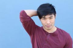 Jong Aziatisch mannetje die met exemplaarruimte glimlachen stock afbeeldingen