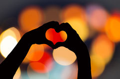 Jong Aziatisch meisje die hart met handen maken Stock Afbeeldingen