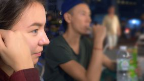 Jong Aziatisch meisje die straatvoedsel in openlucht eten bij nacht royalty-vrije stock fotografie
