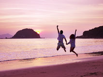 Jong Aziatisch paar die zich bij zonsopgang verheugen Stock Afbeeldingen
