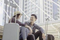 Jong Aziatisch Paar van reizigers die gelukkig terwijl zittende wi glimlachen royalty-vrije stock fotografie
