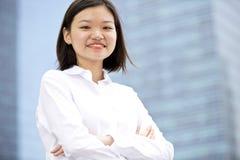 Jong Aziatisch vrouwelijk uitvoerend het glimlachen portret royalty-vrije stock afbeelding