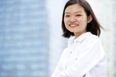 Jong Aziatisch vrouwelijk uitvoerend het glimlachen portret stock fotografie
