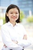 Jong Aziatisch vrouwelijk uitvoerend het glimlachen portret stock foto's