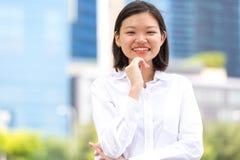 Jong Aziatisch vrouwelijk uitvoerend het glimlachen portret royalty-vrije stock afbeeldingen