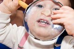 Jong babyjongen en vergrootglas Stock Afbeeldingen